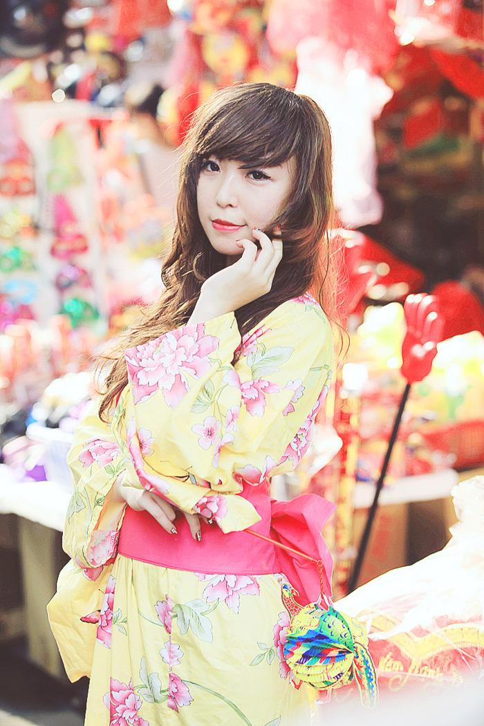 Yumi rạng rỡ trên phố cổ Hàng Mã, Hà Nội - Ảnh 2