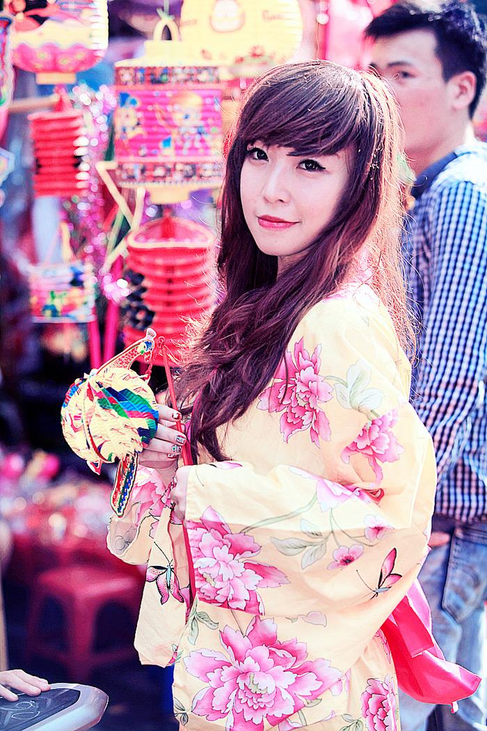 Yumi rạng rỡ trên phố cổ Hàng Mã, Hà Nội - Ảnh 3