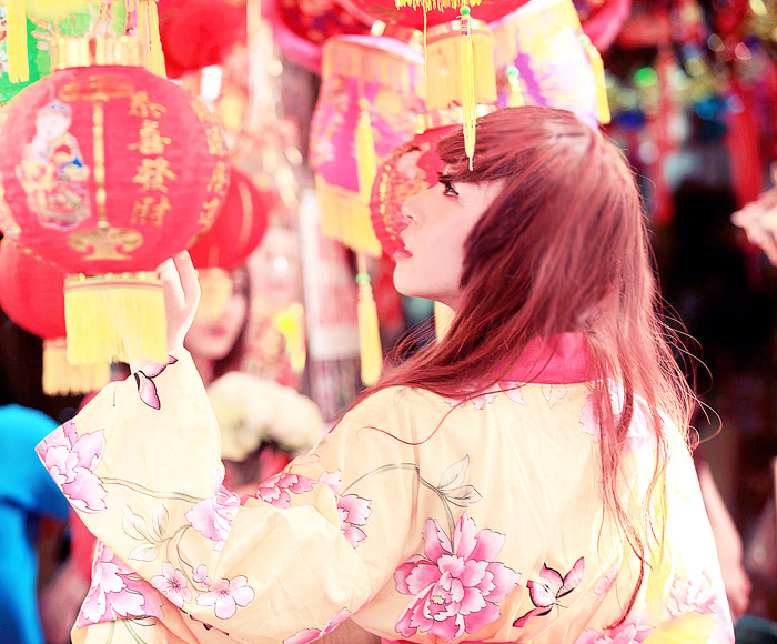 Yumi rạng rỡ trên phố cổ Hàng Mã, Hà Nội - Ảnh 4