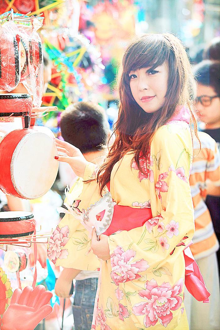 Yumi rạng rỡ trên phố cổ Hàng Mã, Hà Nội - Ảnh 5
