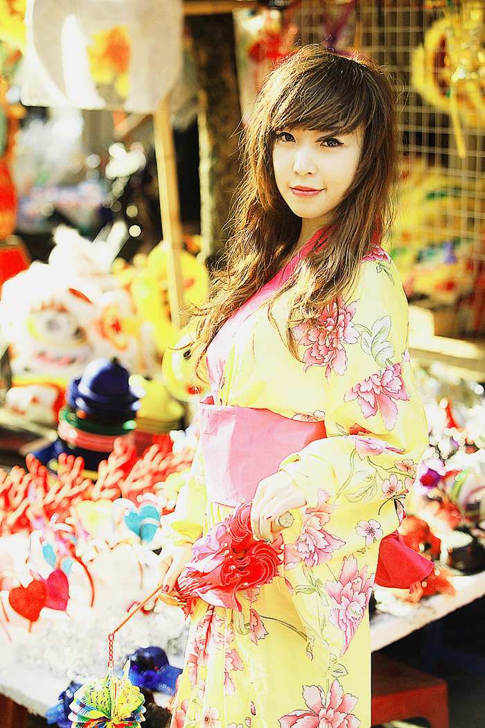 Yumi rạng rỡ trên phố cổ Hàng Mã, Hà Nội