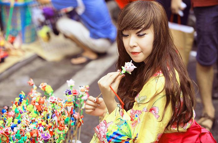 Yumi rạng rỡ trên phố cổ Hàng Mã, Hà Nội - Ảnh 8