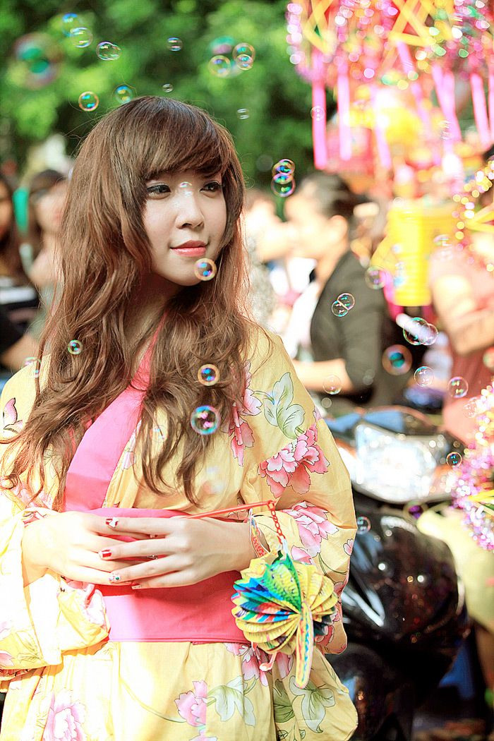 Yumi rạng rỡ trên phố cổ Hàng Mã, Hà Nội - Ảnh 10
