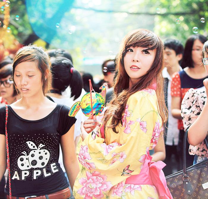 Yumi rạng rỡ trên phố cổ Hàng Mã, Hà Nội - Ảnh 11