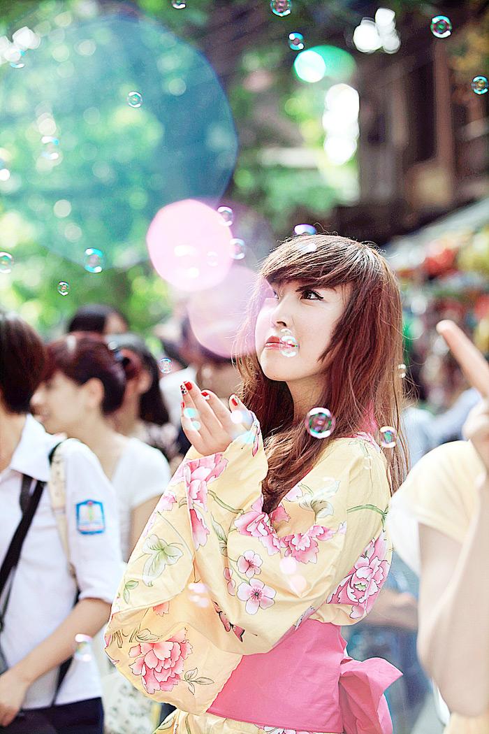 Yumi rạng rỡ trên phố cổ Hàng Mã, Hà Nội - Ảnh 12