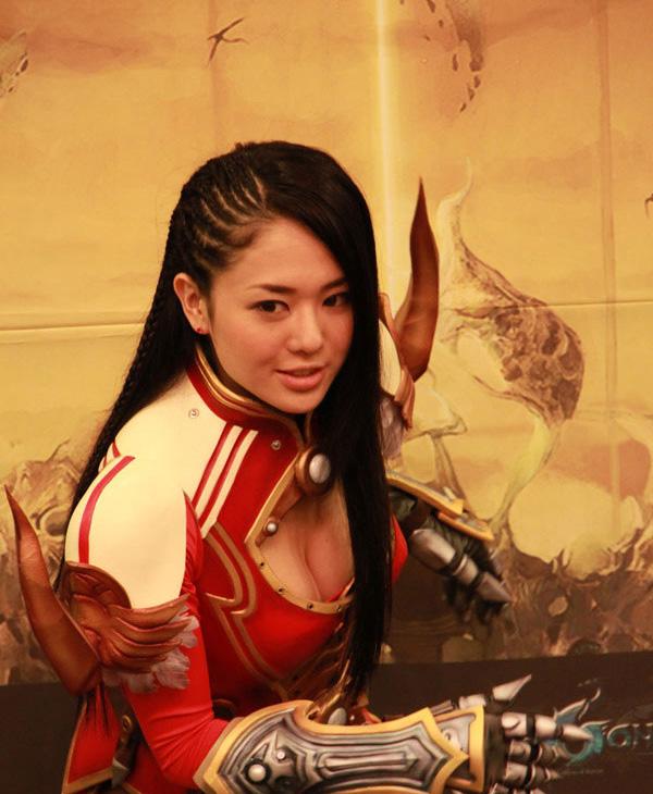 Sora Aoi gợi cảm với cosplay Dragona tại Hàn Quốc