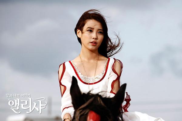IU cực đáng yêu trong loạt ảnh hậu trường của Alicia