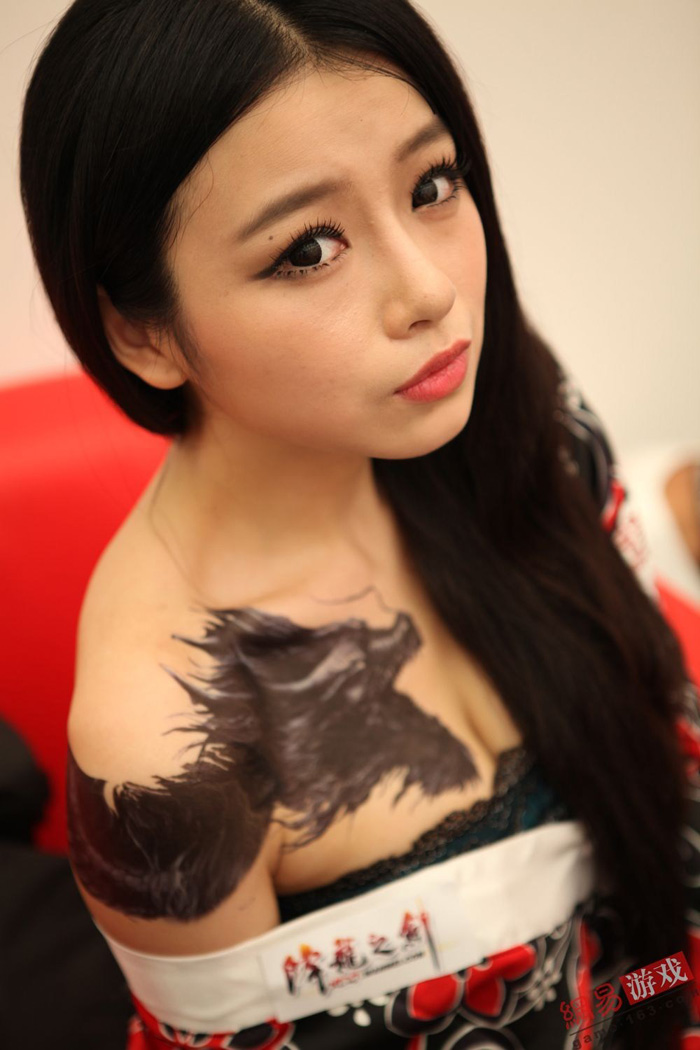Showgirl Giáng Long Chi Kiếm khoe hình xăm độc - Ảnh 2