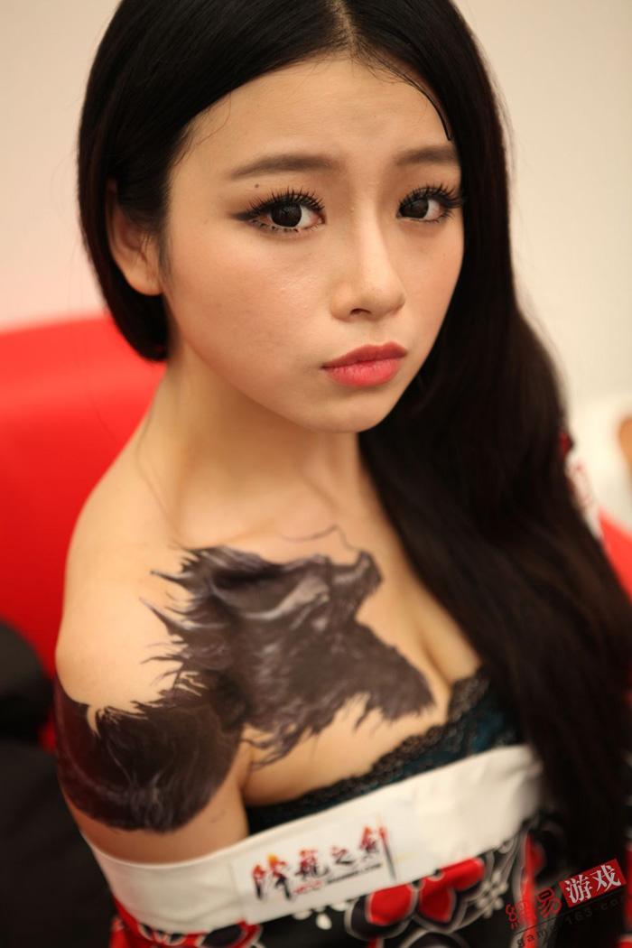 Showgirl Giáng Long Chi Kiếm khoe hình xăm độc - Ảnh 3