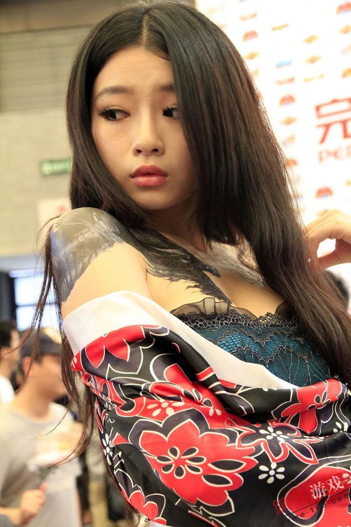 Showgirl Giáng Long Chi Kiếm khoe hình xăm độc