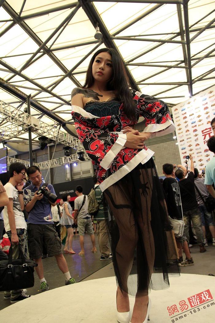 Showgirl Giáng Long Chi Kiếm khoe hình xăm độc - Ảnh 11