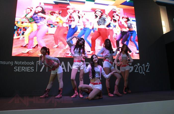 Những bóng hồng xinh đẹp tại WCG 2012 - Ảnh 16