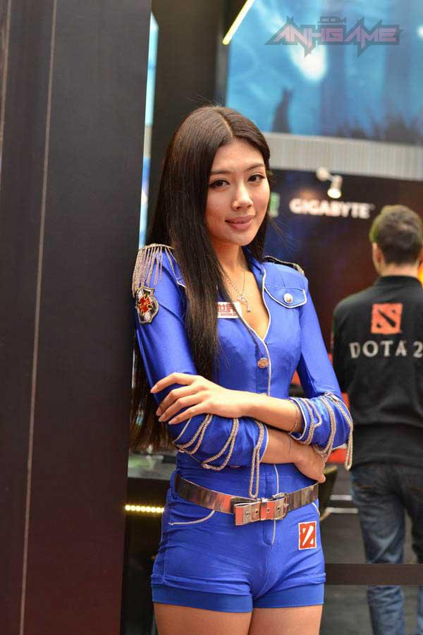 Showgirl World of Tanks khoe dáng tại WCG 2012 - Ảnh 3